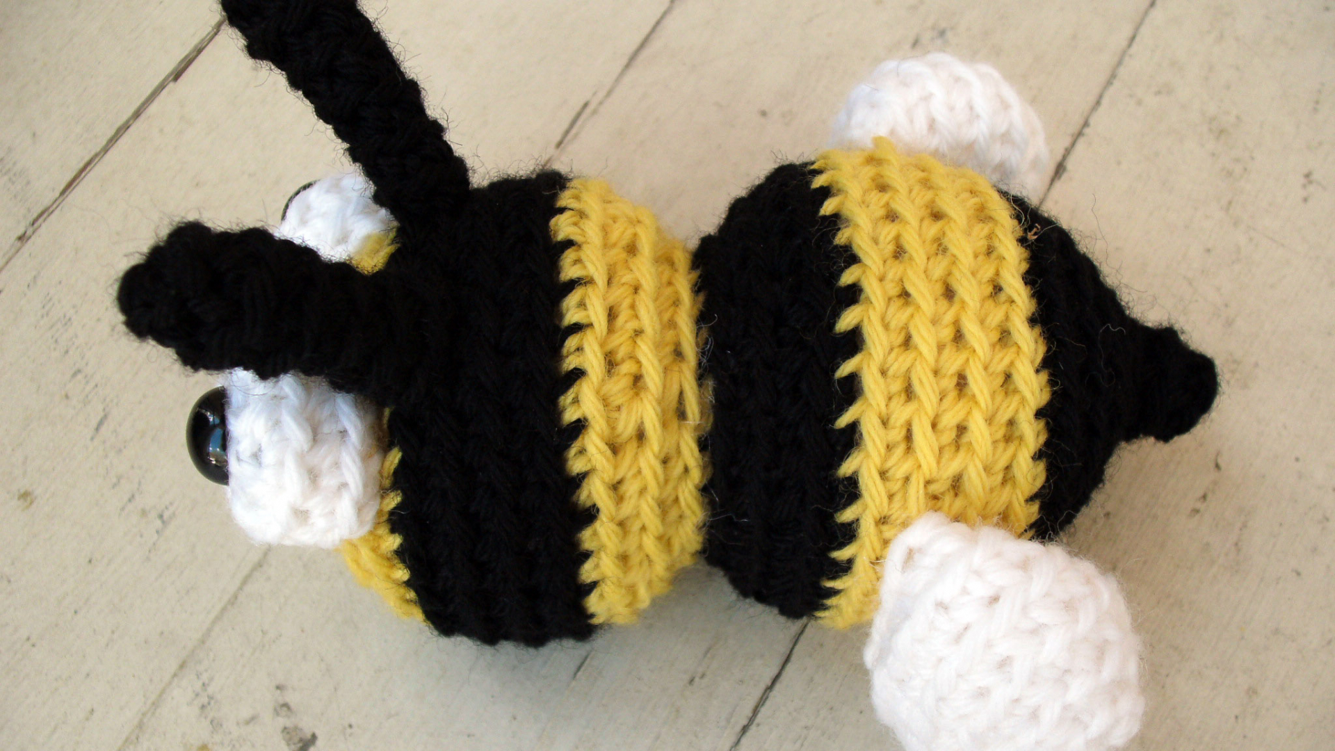 Crochet Bee Pattern - thefriendlyredfox.com | 1080x1920