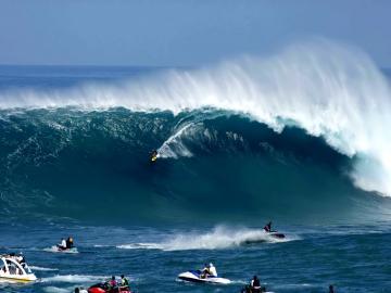 Surfing atau beselancar di lautan adalah salah satu olahraga yang