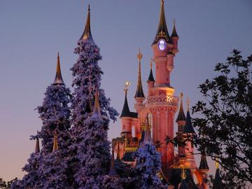 Disney Castle in Christmas wallpaper   Desktop Wallpaper